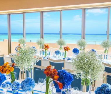披露宴会場からも沖縄の海が一望できます。会場内には大きな鏡があり、お客様全員が海をご覧になれます。