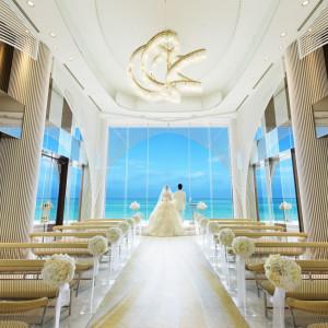 リゾートチャペル「ヴォヤージュ・ドゥ・ルミエール」には「光の船出」という意味があり、豪華客船や船の航海をイメージしてデザインされています。|ヴォヤージュ ドゥ ルミエール ~Chatan Resort~の写真(1592518)