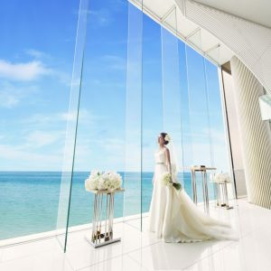 つなぎ目の無い一枚ガラスの大きな窓からは、広大な空と海が一望できます。|ヴォヤージュ ドゥ ルミエール ~Chatan Resort~の写真(1594721)