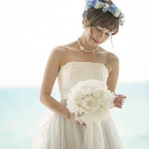 館内全体が、シャンパンゴールドやサンドベージュを基調とした色使いでデザインされているため、ドレスやタキシードが主役としてしっかり際立ちます。|ヴォヤージュ ドゥ ルミエール ~Chatan Resort~の写真(3887562)