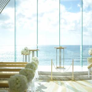 自然光をたくさん取り込めるようデザインされたチャペルは、祭壇はもちろんゲスト様のお席全体にまで光が満ち溢れています。|ヴォヤージュ ドゥ ルミエール ~Chatan Resort~の写真(3887537)