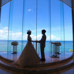 館内3階にチャペルを構えているため、チャペルから見えるのは空と海だけ。県内でもチャペルからここまで広く海が見える会場はほとんどありません。|ヴォヤージュ ドゥ ルミエール ~Chatan Resort~の写真(5788718)