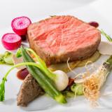 パリの1つ星で研鑽した阿部俊一シェフのこだわりが凝縮されたお料理の数々。王道を極めた本物の美味しさをご堪能ください。