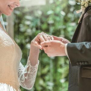 ゲストに見守られながら指輪交換のセレモニー|HARMONIE SOLUNA表参道の写真(2491320)