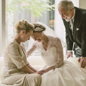 挙式の入場の前には、最後のご家族の時間を。これまでご家族で歩んできた人生の軌跡を思い返し、娘から妻になる想いの詰まった15Mのバージンロードを歩んで。|HARMONIE SOLUNA表参道の写真(2491311)