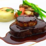 コースのメインを飾る肉料理は、『特選牛フィレとフォアグラのデュエット』土日開催の無料試食で味わえる一品。