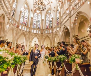 《エリア最大級の大聖堂》アンティークのステンドグラスが美しい