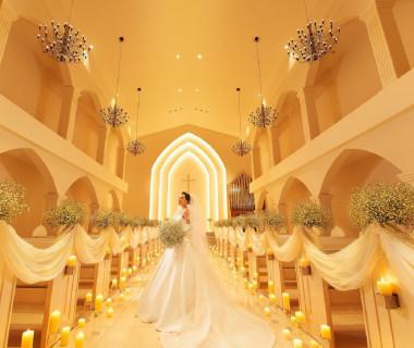 白亜の大聖堂。愛を誓い合う大切な場所。聖歌隊の生演奏と共に、神秘的な空間の中2人の幸せを祝福します.