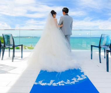 遠くに慶良間諸島を望むテラスチャペル。ゲストの心にも残る瞬間を