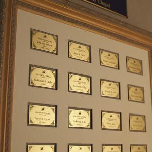 フォーチュン イン ザ テラスで結婚式を挙げていただけた方々のお名前が刻まれたメモリアルプレート...多くのお客様との想い出がここにあります|FORTUNE IN THE TERRACEの写真(1782849)