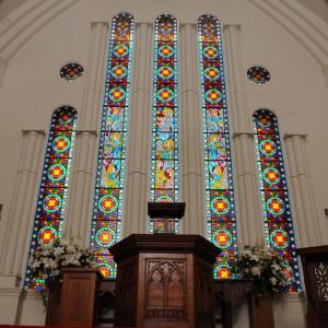 高さ6mを誇るステンドグラス。自然光で煌びやかに美しく、素敵な挙式をより一層引き立たせます。|ソフィーバラ教会(グランドサンピア奈良)の写真(1099848)
