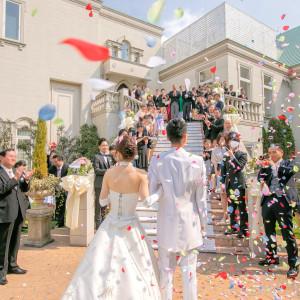 挙式後はアットホームなガーデンセレモニーを楽しんで。お気に入りの音楽で祝福のフラワーシャワーを受けながら大階段をゆっくりと降りていきます。 ソフィーバラ教会(グランドサンピア奈良)の写真(2155790)