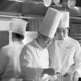 感動料理を生み出すのは、世界的なブランドホテルで修業を積み、名誉ある称号や数々の賞を獲得してきた名誉総料理長