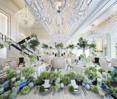 大きなシャンデリアが、披露宴会場に輝きをプラス。