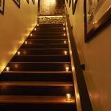 結婚パーティーへいざなう階段。ここからおふたりの物語が始まります。