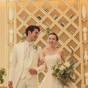 大きな本棚がリビングのような寛ぎを感じさせる空間はふたりの自宅へゲストを招いたようなアットホームな結婚式に|アネーリ長岡の写真(3061160)