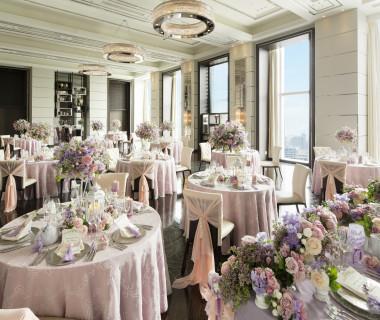 どんなコーディネートもマッチする純白の空間。ピンクのローズがとても映えます。