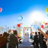 神戸港エリアだから叶う、願いを込めたバルーンリリース。空が広い空間ならではの記憶に残るイベントを。