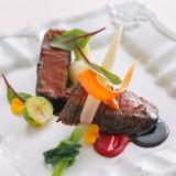 オープンキッチンから運ばれる料理は温かいものは温かく、冷たいものは冷たく、ベストな状態でゲストへサーブ