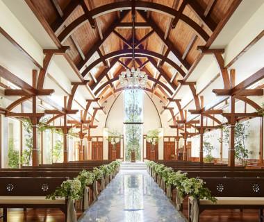 高原リゾートの教会を思わせる、木の温もりあふれる独立型チャペル