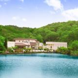 深い山と湖に囲まれた隠れ家リゾートの邸宅 青空が綺麗に見渡せる空間