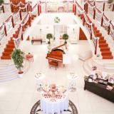 【ENTRANCE】おふたりの大切なゲストを最初にお迎えするロビーには輝くシャンデリアや、グランドピアノ、大階段が華やかに設けられており、上質感に包まれた空間が広がる。