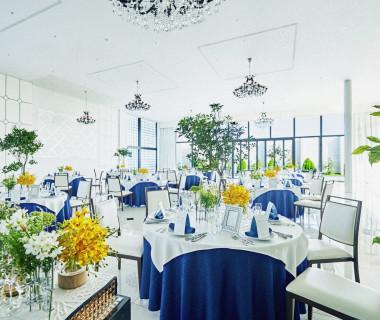 大きな窓と高い天井が印象的な開放感溢れたパーティ会場