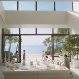 大きな窓いっぱいに美ら海が広がる、ウェイティングスペース「ビーチテラス」。