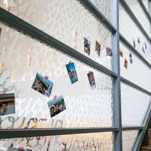 会場へと続く階段にはゲストとの思い出の写真を飾ってみては?|Restaurant en vue(アンヴュー)の写真(1683800)