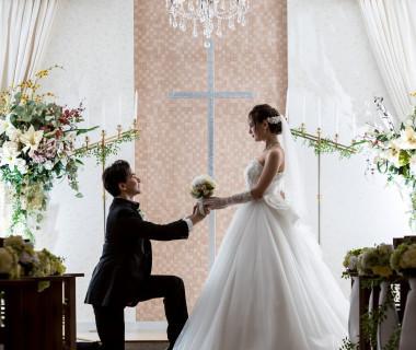ウェディングドレスが映えるチャペル。教会式、人前式も選べるので、お二人の希望通りの結婚式が実現できます。