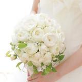 セレモニーには、白バラを基調に小花でアクセント。