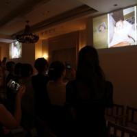 挙式の始まりは家族へ感謝を伝えるチャペルムービー