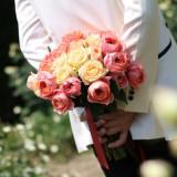 ローズガーデン挙式で人気!挙式の演出ダーズンローズセレモニーにも使用するバラのクラッチブーケ