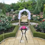5月からのバラの最盛期の挙式では、まるで楽園のように一面バラの花と香り一色になります