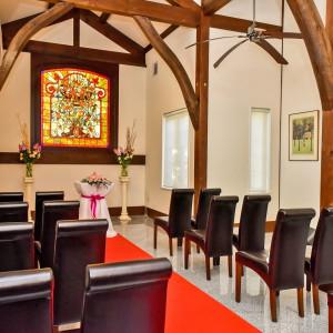 家族婚などの少人数での結婚式は「ステンドホール」での挙式もいかがでしょう?ステンドガラスから射し込むオレンジ色の暖かい光が幸せな時間を創ります|キングスウェル(オズブライダル)の写真(2331943)