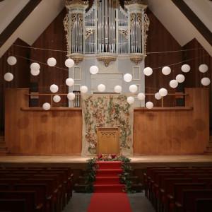 12月から3月の期間はパイプオルガンをシンボルにした大聖堂チャペルの雰囲気そのままのメインホールでの挙式がおすすめ。また雨天の場合の挙式はこちらの利用も可能です|キングスウェル(オズブライダル)の写真(2059455)