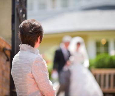 ベールダウンのため新婦様とお父様の入場を待つお母様・・・