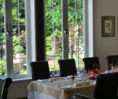 美しいイングリッシュガーデンが見えるレストラン「カンパーナ」でのパーティー