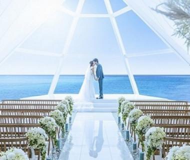 天井高8Mの開放感のあるチャペル大理石のバージンロードにおふたりのお姿が映り込みます