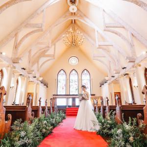 肩肘張らない温かい雰囲気のチャペル、天井も高く花嫁がより幸せそうに映ります|NEST by THE SEA(ネストバイザシー)の写真(3134937)