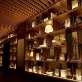 エントランスは海外の調度品で装飾を施した、高級感漂う空間
