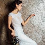 斬新かつ優雅なドレスを引き立てるシックな雰囲気