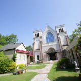 大聖堂と披露宴会場に囲まれた中庭は、100名が十分楽しめる広さだから人気です!