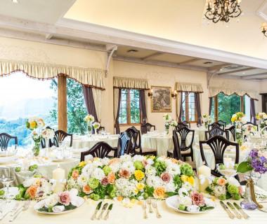 大人っぽく、可愛らしく、をイメージできる披露宴会場。窓から見える恵那峡の絶景に驚きの声があがる!