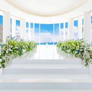 ランウェイ型のバージンロードを彩る装花がナチュラルにグレードアップ!|グラン・ブルーチャペル カヌチャベイの写真(3422856)