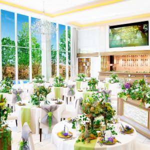白を基調とした上質でナチュラルな披露宴会場「ラシャンス」会場にはマルチビジョンとオープンキッチンが♪|ララシャンスOKAZAKI迎賓館の写真(2971017)