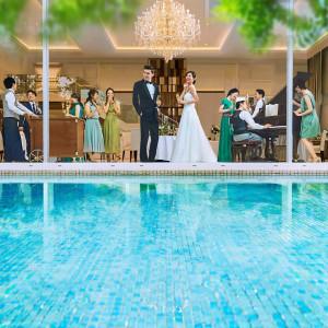 2面ガラス張りの披露宴会場からは水辺、自然が広がり上質かつナチュラルな雰囲気を創り出す♪|ララシャンスOKAZAKI迎賓館の写真(2971014)