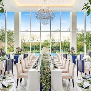 ガラス張りの披露宴会場は、自然の緑や水辺・青空が望める開放的な空間を演出。テーブルコーディネートも自由にカスタマイズ可能!お二人らしい空間を♪|ララシャンスOKAZAKI迎賓館の写真(3338587)