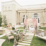 セレブの別荘のような白亜の邸宅。ガーデンには200年前の英国の石材を使った石畳が施されヒールでも安心