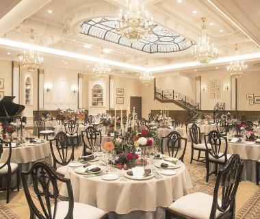 【ヴィクトリア クォーター】伝統的な彫刻を施したアンティーク家具、ヴィクトリアンデザインの装飾やミラーが上質空間を彩る(170名迄着席)